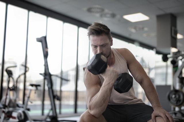Hoe kun je de stijve spieren benadrukken met kleding die geschikt is voor het lichaam?