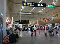 Arlanda Terminal 5.. Onödigt att släpa  på alltför mycket som inte kommer till användning.