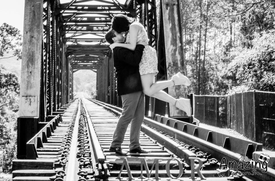 esession-linha-trem-noivos-abraco