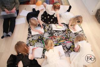 Barnen illustrerar bilden till sin saga.