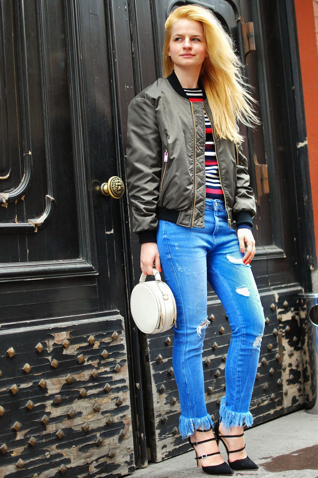 street style jeans ripped, round bags spring 2016 outfit, рваные джинсы с чем носить, бомбер идеи, уличная мода образы 2016