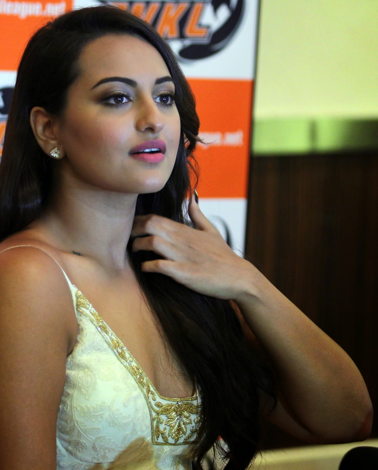High Quality Bollywood Celebrity Pictures Sonakshi Sinha Sexy Cleavage Show In White-8207