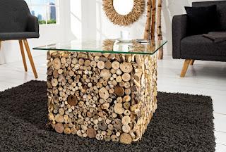Luxusní stolek v kombinaci dřeva a skla.