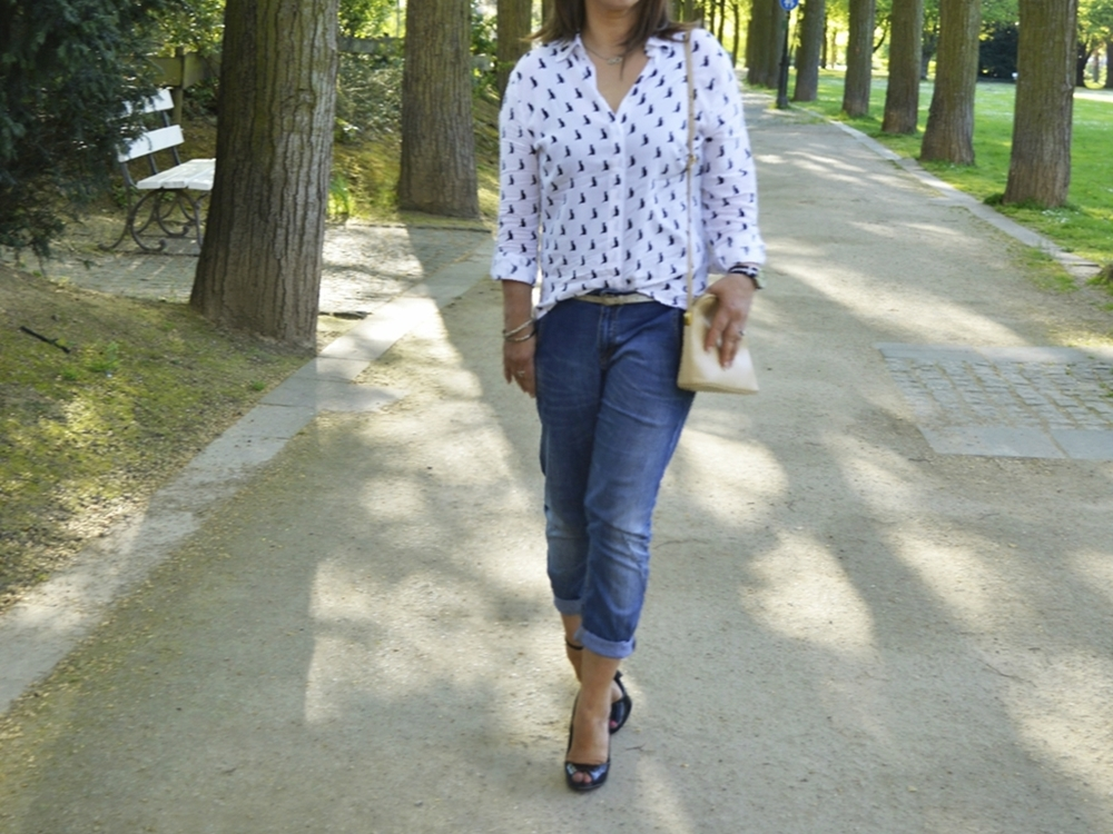 Peep Toe Heels, Relaxed Fit Jeans und Boxy-Style Bluse mit Katzenprint by fashion blogger  Annie K. - Annies Beauty House