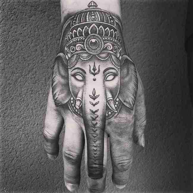 Imagen de un tatuaje de elefante ganesha en la mano