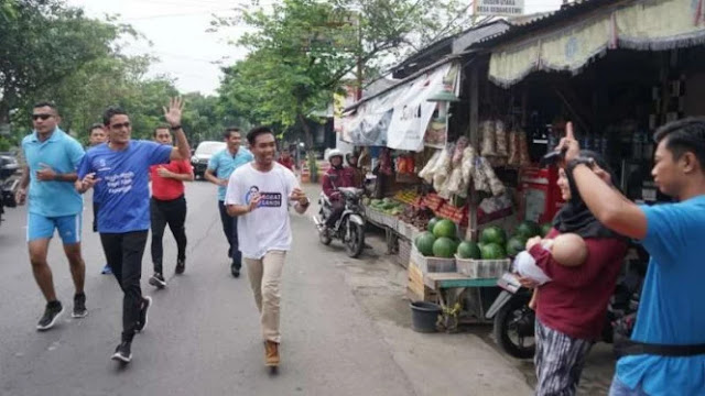 Lari Pagi di Tulungagung, Sandi Foto-foto di Depan Spanduk Jokowi