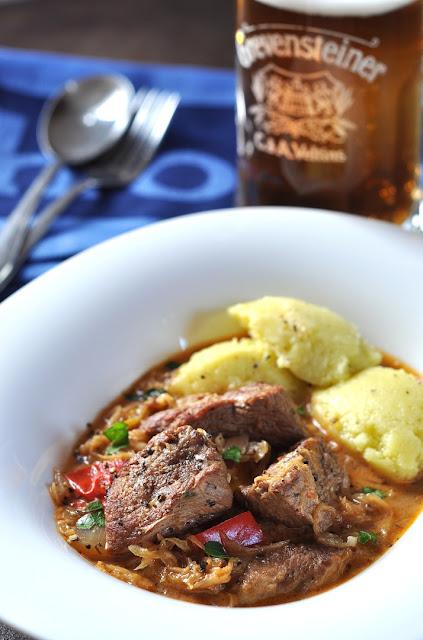 Szegediner Gulasch mit Sauerkraut und Püree und Bier