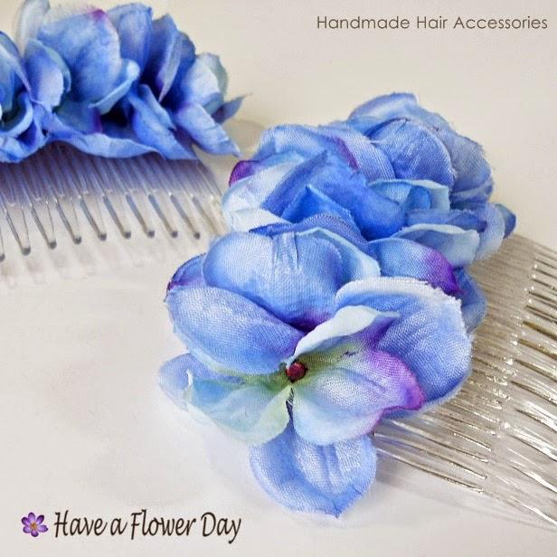 Peineta con flores azules· Blue flower comb
