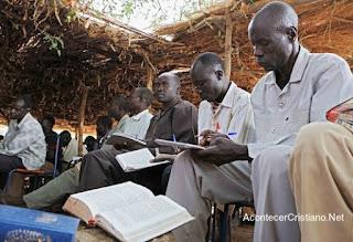 Cristianos de Sudán estudian la Biblia