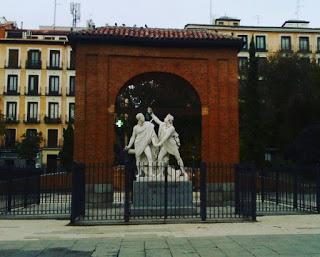 ¿Conoces la Plaza Dos de Mayo de Madrid? Por Kaiser Solano. Alpargata Viajera. España.