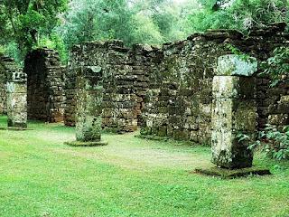 Ruínas de construções indígenas - em San Ignácio Mini.