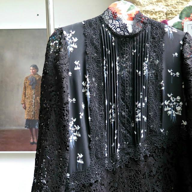 חולצה שחורה עם פרחי שלגיה ותחרה מהשתפ של erdem ו h&m