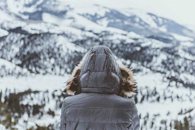 mujer protegida del frío para no resfriarse