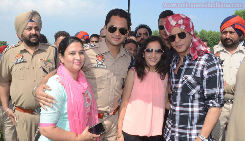 Shah Rukh Khan with his fans during shooting at Village Jhande in Ludhiana
