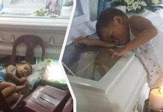 "Apa yang Dilakukan Bocah Kecil Ini Dibalik Peti Mati Ibunya Bikin Netizen Menagis. ""MAMAH KO BOBONYA LAMA..."""