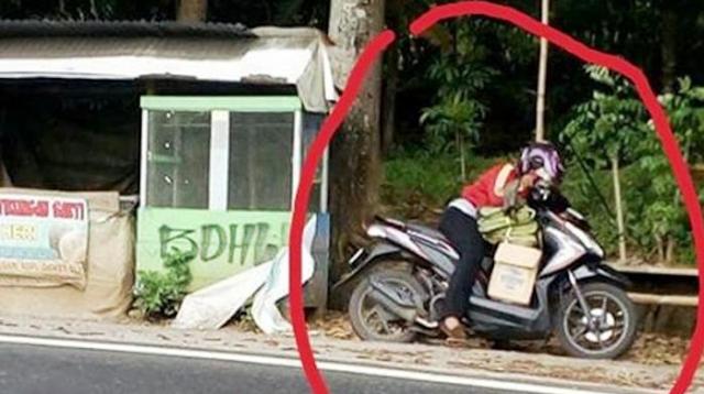 Foto Pengendara Wanita Jadi Viral, Lihat Apa yang Dilakukan Saat Berhenti di Sisi Jalan.. Sungguh Mengejutkan!