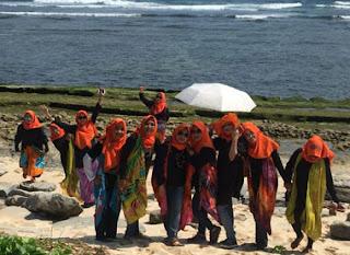 Pose bersama ibu-ibu wali murid SMPN 18 Malang di Pantai Goa Cina