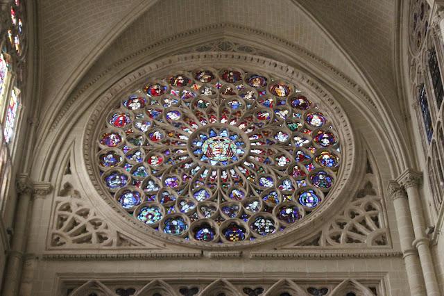 Colorido rosetón de la catedral de Toledo