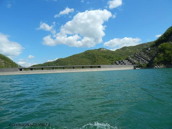 Il traghetto ci mostra il centro della diga