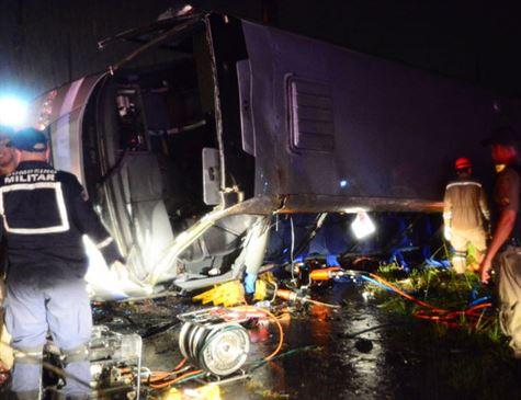 Micro-ônibus capota na BR-101 Sul e fere vários estudantes; uma jovem morreu