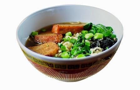 delicioso shoyu ramen calientito con cebollin y carne