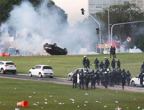 Imagens que a imprensa não mostra,mas o clima ontem em Brasília foi de guerra,quebra quebra na Esplanada dos Ministérios em manifestação contra PEC do Teto,