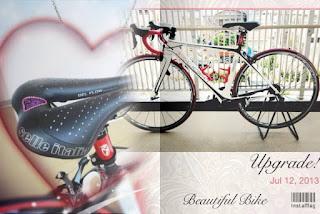 白いロードバイクと黒いサドルのアップ