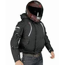 Homem servindo de modelo para expor uma jaqueta de uso exclusivo de motociclista.