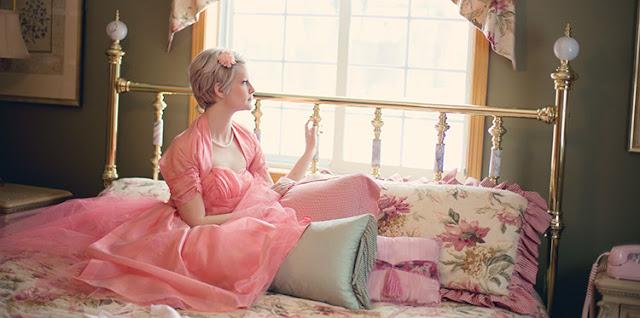 Pasang bed frame dengan gaya vintage