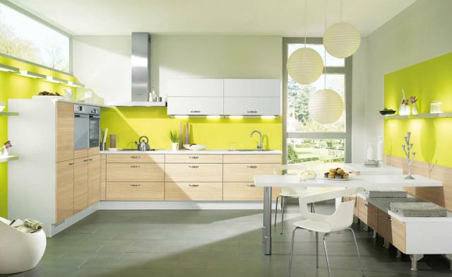 cocina-madera-con-pared-amarilla