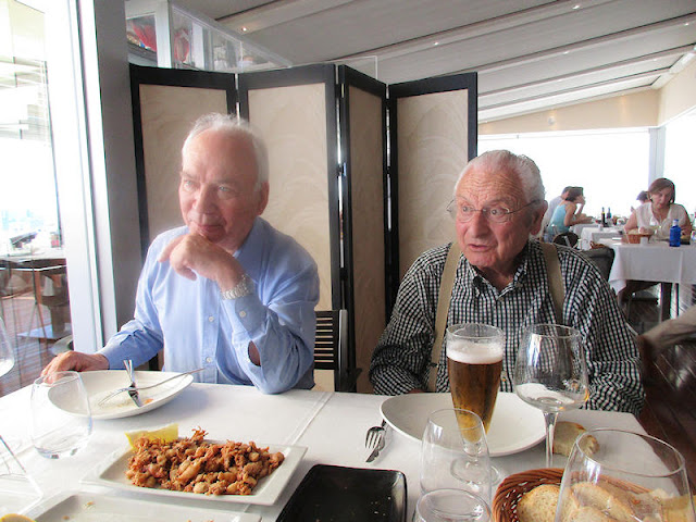 Paco Rodríguez y Paco Susarte frente a los aperitivos (foto del autor)