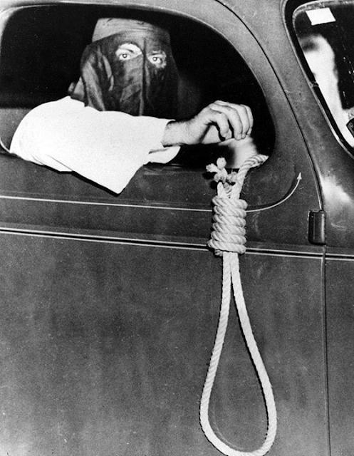 Foto de um membro da Ku Klux Klan segurando uma forca para fora do carro, 1939