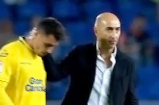 Piden la dimisión del presidente de la UD Las Palmas, Miguel Ángel Ramirez, con pañolada incluida