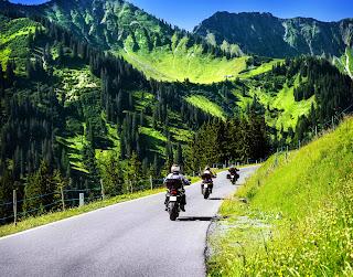 Recomendaciones de conducción en carretera para motociclistas