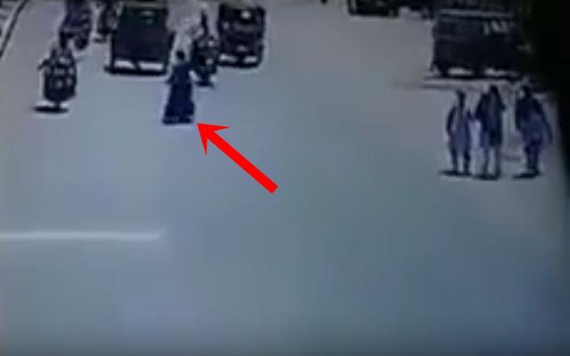 VIDEO: Bukti The Power of Emak-Emak, Lagi Nyebrang Jalan Malah Kendaraannya Yang Menghindar Sampai Tabrakan Pula