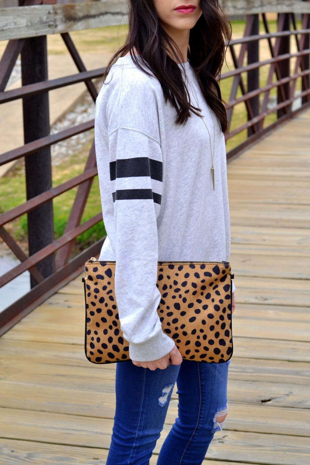 Casual_Sweatshirt_Leopard_Clutch_Details