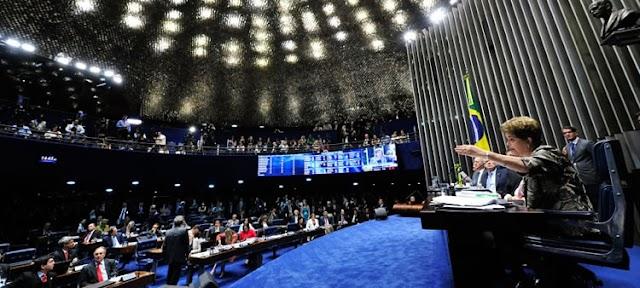 Maioria dos senadores discursa a favor do impeachment; votação será às 11h