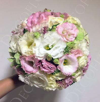 Menyasszonyi csokor gömb, rózsaszín és krém liziantusz, fehér rózsa és zöld hortenzia felhasználásával készült