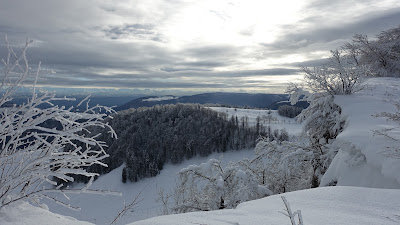 Winterlandschaft mit verschwindender Sonne