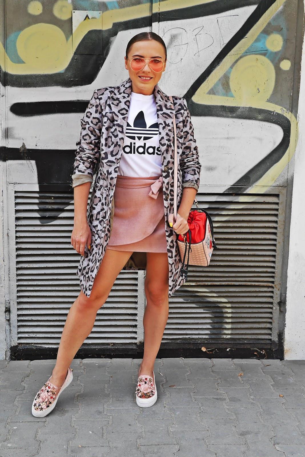 biały t-shirt szary płaszcz w panterkę boprix różowe okulary karyn blog modowy