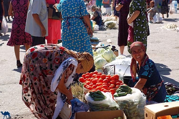 Le Chameau Bleu - Blog Voyage Ouzbékistan Vendeuse de légumes Khiva  - Asie Centrale