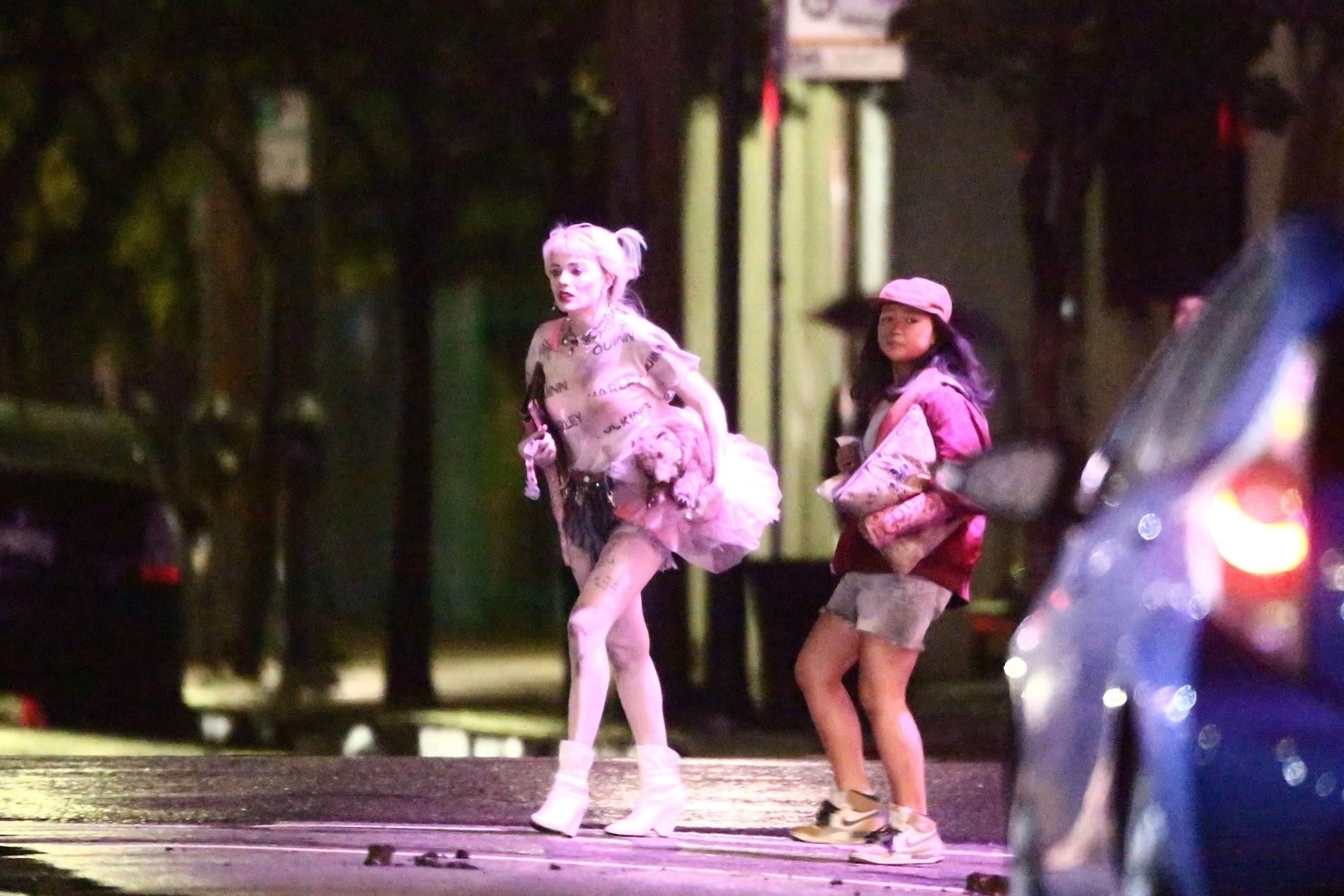 Harley Quinn & Cassandra Cain escaping after an explosion on the set of Birds of Prey : DCコミックスの戦うヒロイン映画の最新作「バーズ・オブ・プレイ」の中華料理屋が爆破されたのかもしれないハーレー・クインのマーゴット・ロビーとカサンドラ・ケインのエラ・ジェイ・バスコちゃん ! !