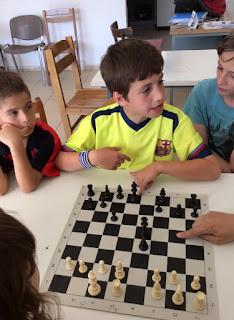 παιδιά που παίζουν σκάκι στη Θεσσαλονίκη