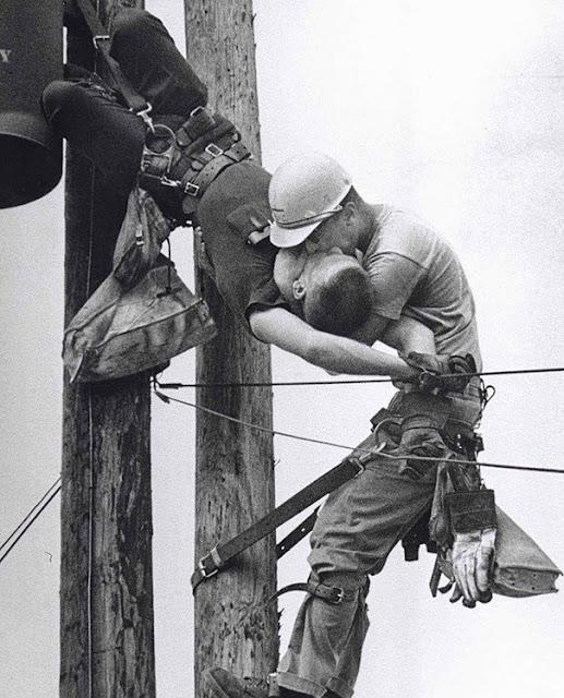 El beso de la vida, foto tomada en el año 1967. Momento exacto en que J.D. Thompson le salva la vida a su compañero de trabajo Randall G. Champion.