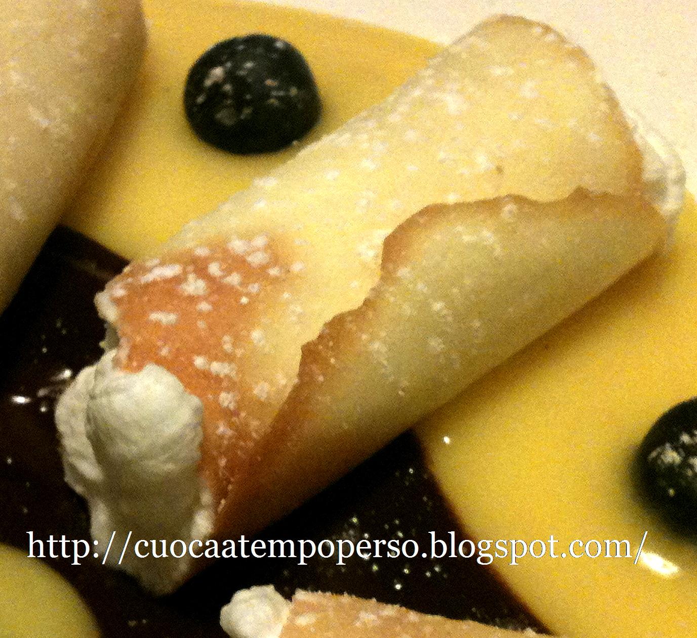 cilindri burrosi riempiti con panna su letto di crema allo zenzero e caffe