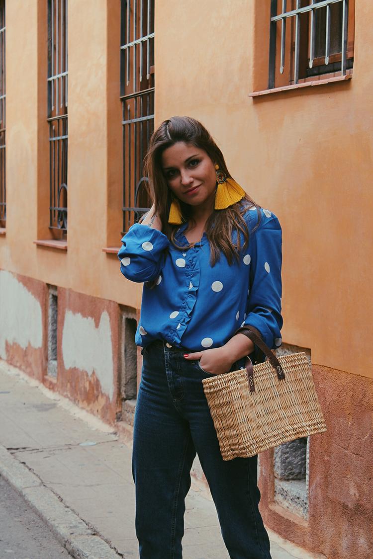 Outfit blusa lunares pendientes amarillos crochet zara