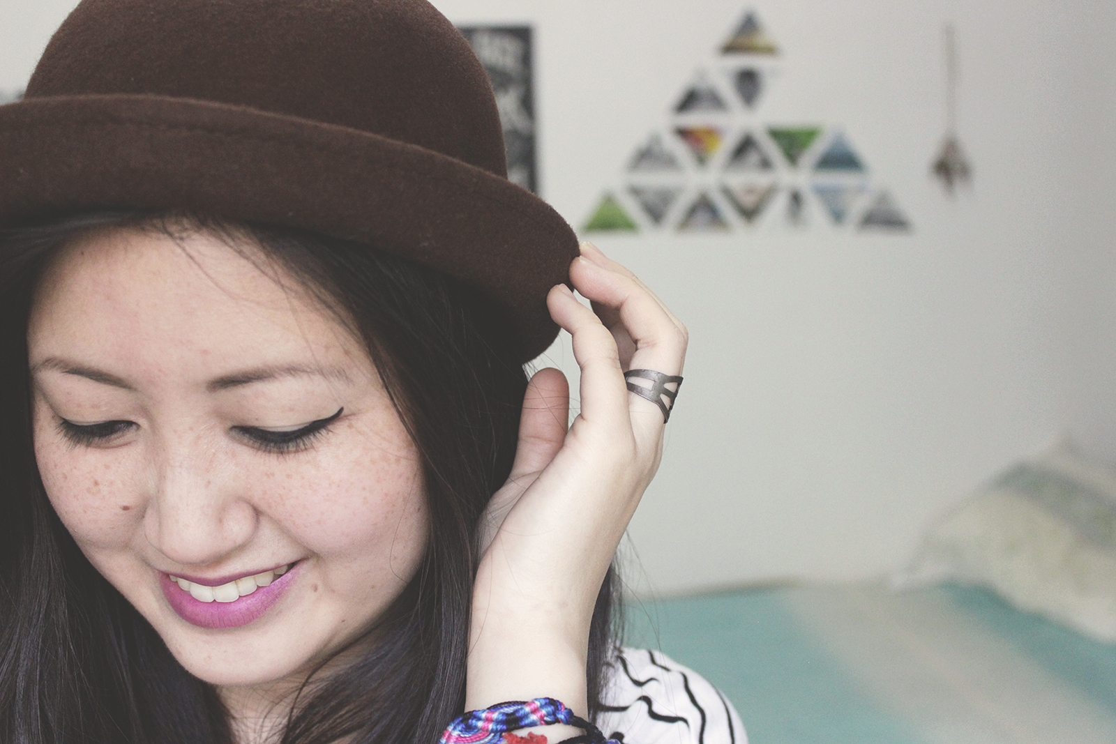 garota sorrindo chapéu redondo marrom