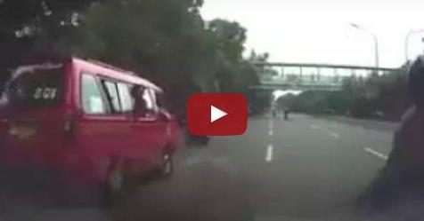 VIDEO: Berhenti Mendadak Di Tengah Jalan, Wanita Pengguna Motor Ini Sebabkan Tabrakan Beruntun