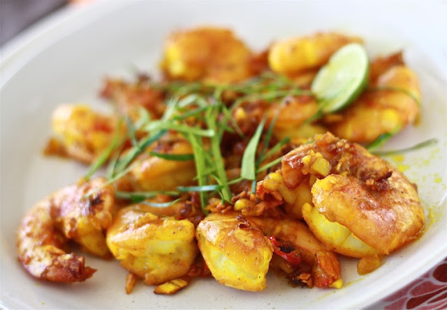Turmeric shrimp with kaffir lime leaves by SeasonWithSpice.com