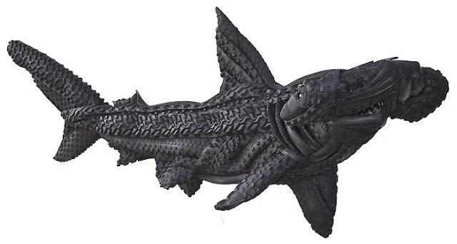 patung hiu yang terbuat dari bahan daur ulang ban bekas